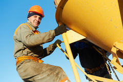 Lavoratori della costruzione che versano calcestruzzo con il barilotto Fotografia Stock