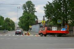Lavoratori della strada che segnano sull'asfalto immagini stock