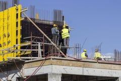 Lavoratori di costruzione su un cantiere fotografia stock libera da diritti