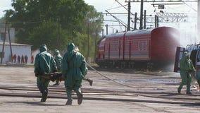 Lavoratori di emergenza che conservano la gente ed i carri armati di innaffiatura archivi video