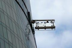 Lavoratori di lavaggio della finestra nella piattaforma fotografia stock libera da diritti
