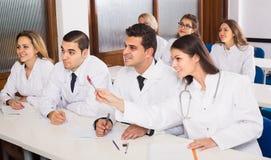 Lavoratori di sanità durante il programma educativo a scuola Immagini Stock