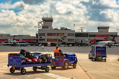 Lavoratori di TSA che trasportano bagaglio Fotografie Stock