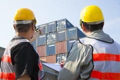 lavoratori discussione ed indicare per ispezione Immagine Stock Libera da Diritti