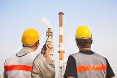 Lavoratori discussione ed ispezione della raffineria Fotografie Stock Libere da Diritti