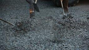 Lavoratori durante l'asfaltatura video d archivio