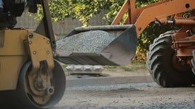 Lavoratori durante l'asfaltatura archivi video