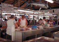 Lavoratori e clienti al mercato ittico in Ciutadella Menorca fotografie stock libere da diritti