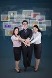 Lavoratori e prender per manosi finanziario del grafico Fotografia Stock