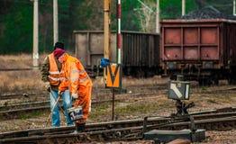 Lavoratori ferroviari sulle piste Fotografia Stock Libera da Diritti