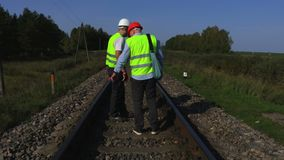 Lavoratori ferroviari sulle rotaie