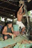 Lavoratori filippini che lavorano nella fabbrica di flip-flop Fotografia Stock