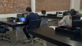 Lavoratori ispani delle diverse della miscela dell'ufficio dell'uomo di corsa persone di affari del gruppo video d archivio