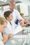 Lavoratori in laboratorio dentario Immagini Stock Libere da Diritti