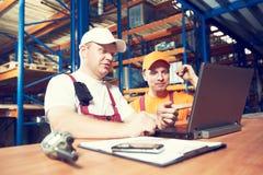 Lavoratori in magazzino fotografie stock libere da diritti