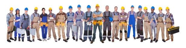 Lavoratori manuali sicuri contro fondo bianco fotografie stock libere da diritti