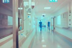 Lavoratori medici di camminata nell'ospedale sui precedenti del dri immagine stock