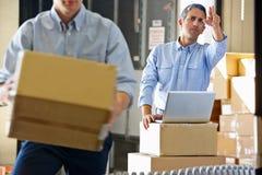 Lavoratori nel magazzino di distribuzione fotografie stock