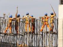 Lavoratori nella costruzione della pista elevata della metropolitana, linea 17 oro fotografia stock libera da diritti