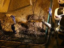 Lavoratori nella notte del Th che scavano con l'escavatore video d archivio