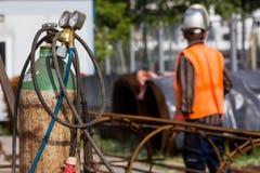 Lavoratori non identificati che lavorano con il ferro concreto ad un constructio Immagine Stock
