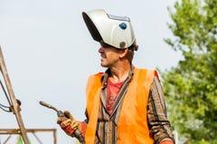 Lavoratori non identificati che lavorano con il ferro concreto ad un constructio Immagini Stock Libere da Diritti