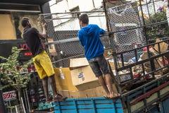 Lavoratori non identificati di immondizia di riciclaggio municipale urbana fotografie stock