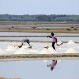 Lavoratori in pentole del sale, Tailandia. Immagine Stock Libera da Diritti