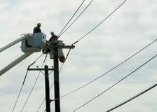Lavoratori pratici che riparano i cavi da Cherry Picker Fotografia Stock Libera da Diritti