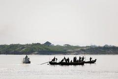 Lavoratori sul fiume di Irrawaddy immagine stock