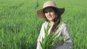 Lavoratrice agricola che gode della natura e del sole stock footage