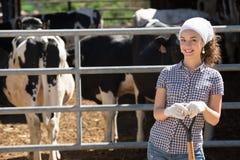 Lavoratrice agricola con la vanga Immagini Stock Libere da Diritti