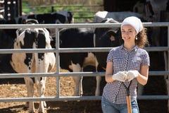 Lavoratrice agricola con la vanga Fotografia Stock