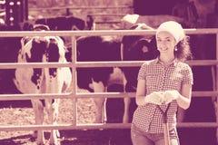 Lavoratrice agricola con la vanga Immagine Stock