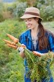 Lavoratrice agricola con le carote Fotografia Stock Libera da Diritti