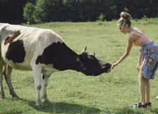 Lavoratrice agricola, veterinario, lavorante di un caseificio, agricoltura immagini stock