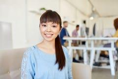 Lavoratrice creativa felice all'ufficio Immagine Stock Libera da Diritti