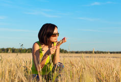 Lavoratrice felice dell'agricoltore nel giacimento di grano Fotografie Stock