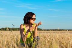 Lavoratrice felice dell'agricoltore nel giacimento di grano Fotografia Stock Libera da Diritti