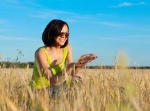 Lavoratrice felice dell'agricoltore nel giacimento di grano Immagini Stock Libere da Diritti