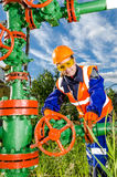 Lavoratrice nel giacimento di petrolio Immagini Stock Libere da Diritti