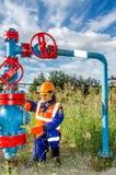 Lavoratrice nel giacimento di petrolio Fotografie Stock Libere da Diritti