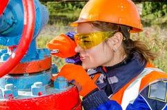 Lavoratrice nel giacimento di petrolio Immagine Stock