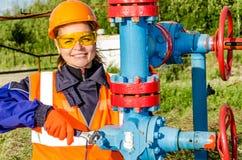 Lavoratrice nel giacimento di petrolio Immagini Stock