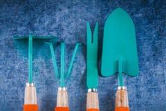 Lavorazione con utensili di giardinaggio sul concetto metallico graffiato di agricoltura del fondo Immagini Stock