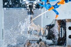 Lavorazione dei metalli di fresatura Metallo di CNC che lavora dal mulino verticale Liquido refrigerante e lubrificazione fotografie stock libere da diritti
