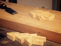Lavorazione del legno con uno scalpello fotografie stock