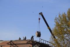 Lavori al restauro di edifici, demolizione di vecchi elementi discesa immagine stock libera da diritti