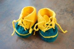 Lavori all'uncinetto i bambini che preparano le scarpe Prime scarpe per i bambini Fotografie Stock