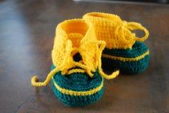 Lavori all'uncinetto i bambini che preparano le scarpe Prime scarpe per i bambini Fotografie Stock Libere da Diritti